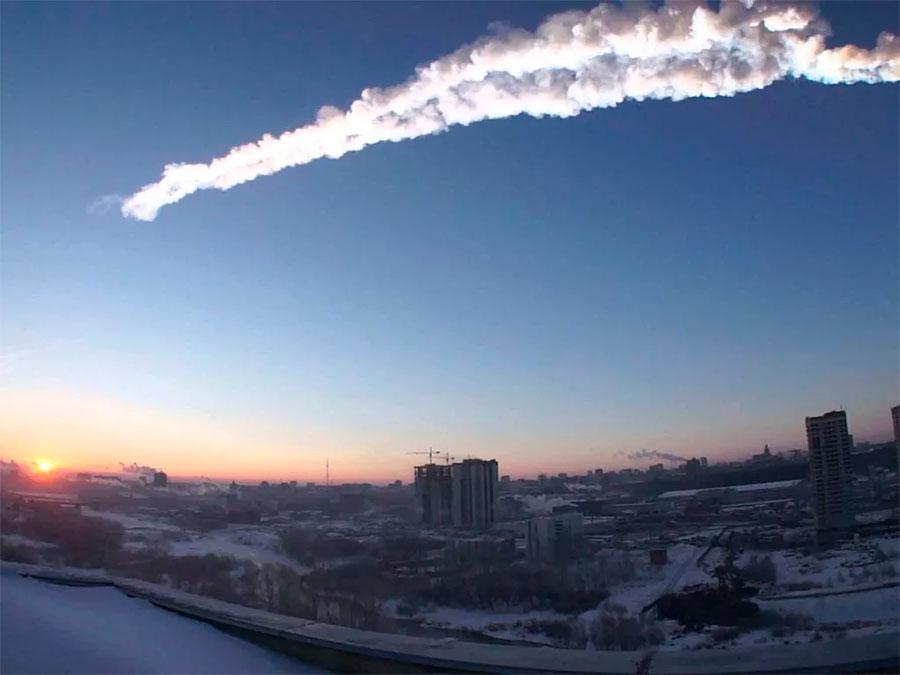 Памятный «челябинский метеорит» 2013 года. По сравнению с Вестой или Палладой - крошка, диаметром 20 метров... но весящий при этом почти 13 тысяч тонн. Именно «космические горы» такого относительно небольшого размера и представляют для нас настоящую опасность. И, по иронии судьбы, обнаружить их до столкновения с нашей планетой, практически невозможно