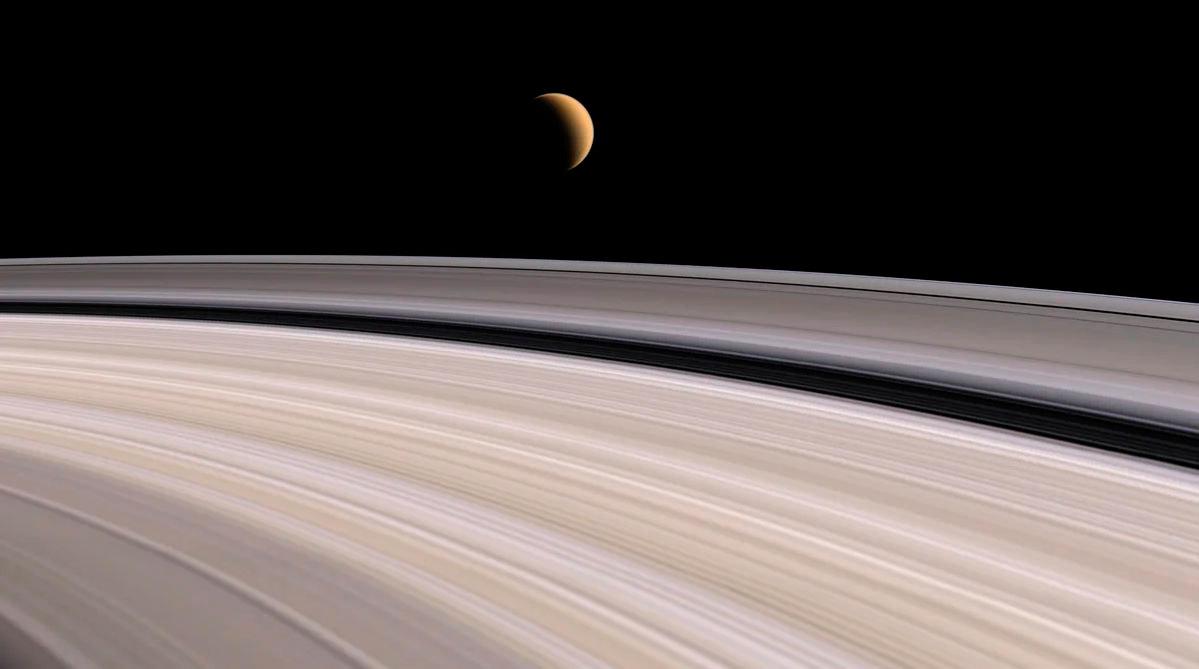 Фотография колец Сатурна и спутника Титан на их фоне, с исследовательского зонда «Кассини»