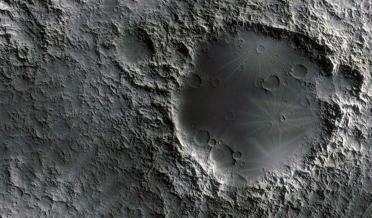 Лунные моря только называются морями - в них также сухо, как и на лунных равнинах. Тем не менее, воды на Луне действительно много