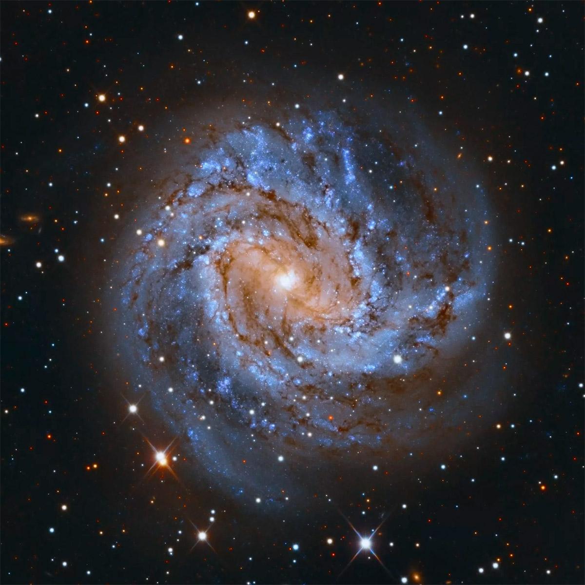 Спиральная галактика M83 - южная вертушка или южное колесо, как ей иногда называют