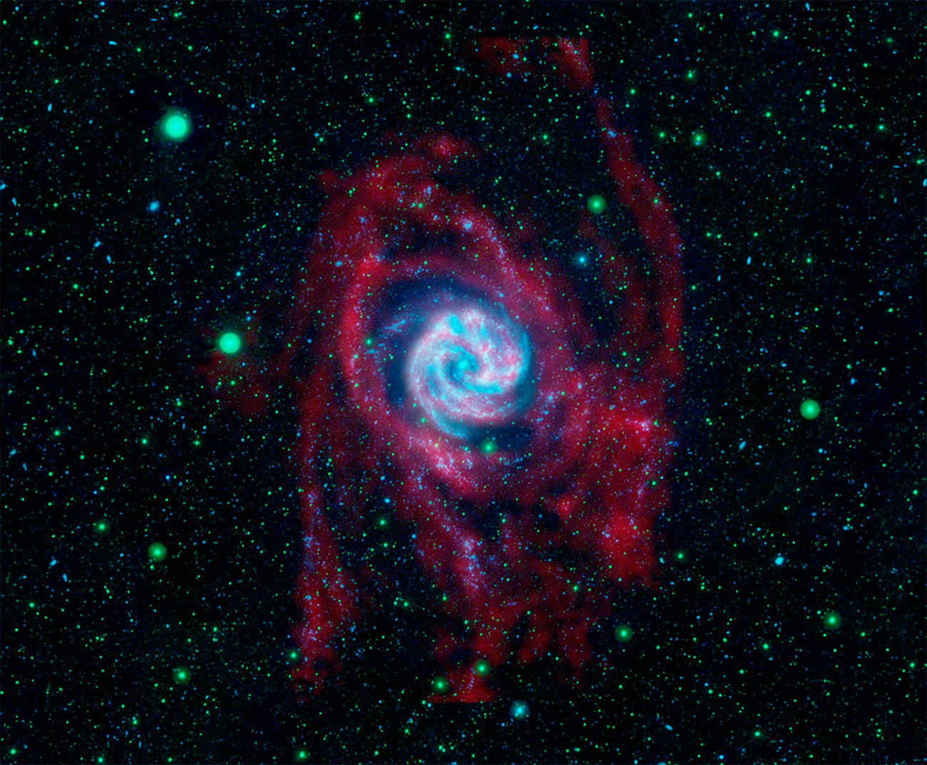 Совмещенный снимок галактики M83 в радио и ультрафиолетовом диапазонах