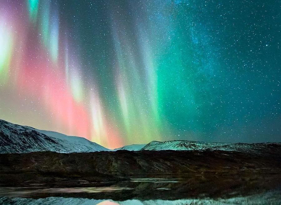 Полярное сияние при наблюдении с Земли. За красный цвет отличает спектр кислорода, а за зеленый - азота.