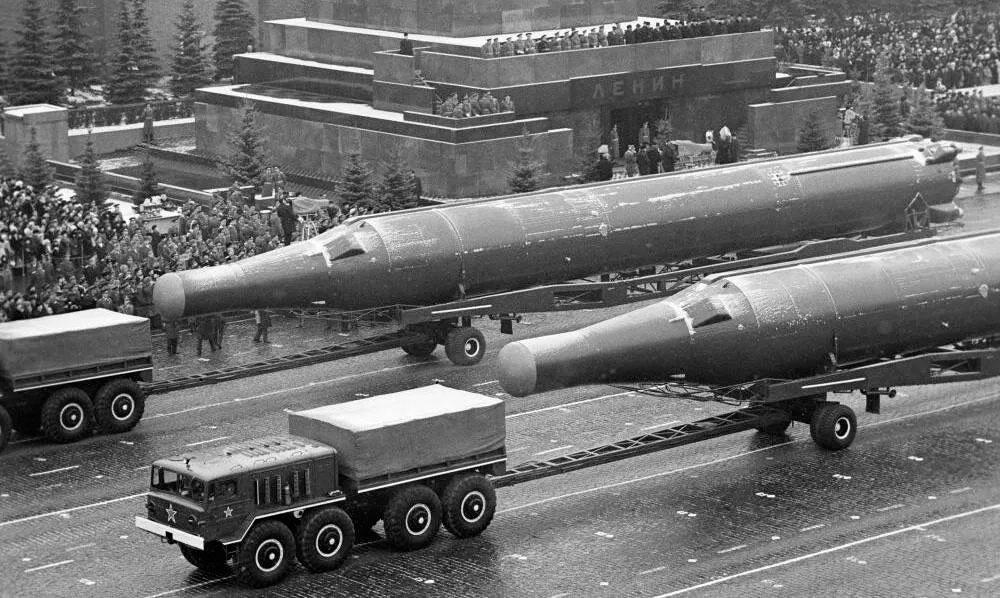 Глобальные ракеты Р-36орб на параде в Москве