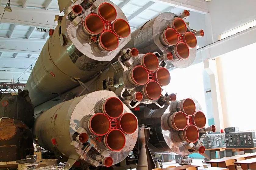 Двигатели ракет семейства Р-7 имеют запоминающуюся конфигурацию.