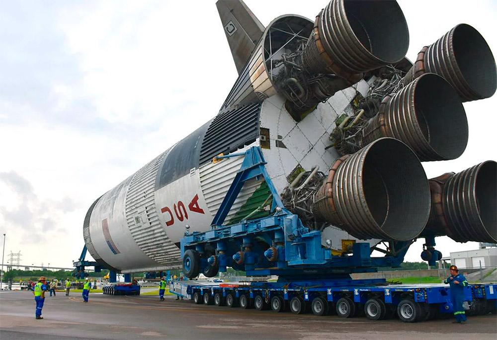 Сатурн-5 на Земле. Ступени именно этой ракеты использовались, чтоб «прозвонить» Луну, чтобы узнать о её внутреннем составе