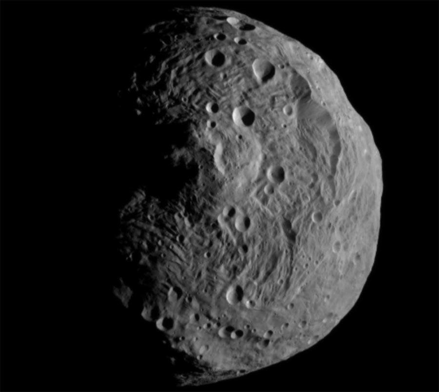 Астероид Веста. Крупный для астероида, но его гравитации не хватает даже на то, чтобы принять шарообразную форму