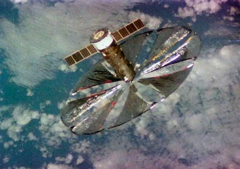 Эксперимент «Знамя-2» в действии. Несмотря на малый размер солнечного паруса, наблюдатели на Земле посчитали его яркость сопоставимой с лунной