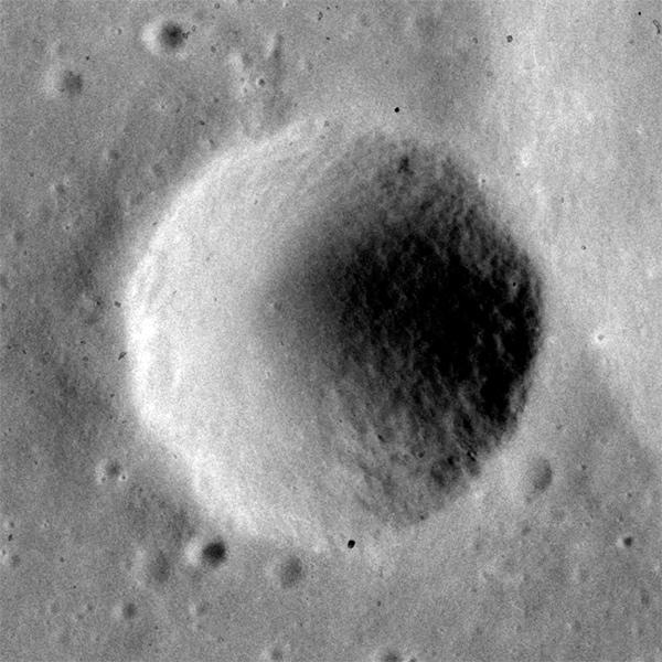 Кратер Аль-Батани С (диаметр 5,7 км)