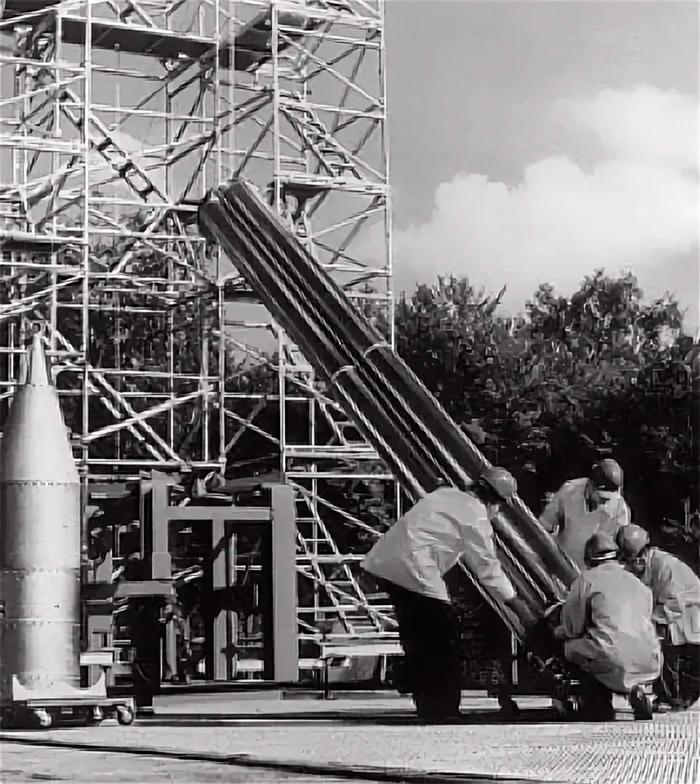 Рабочие монтируют испытательный образец ракеты OTRAG на пусковой площадке