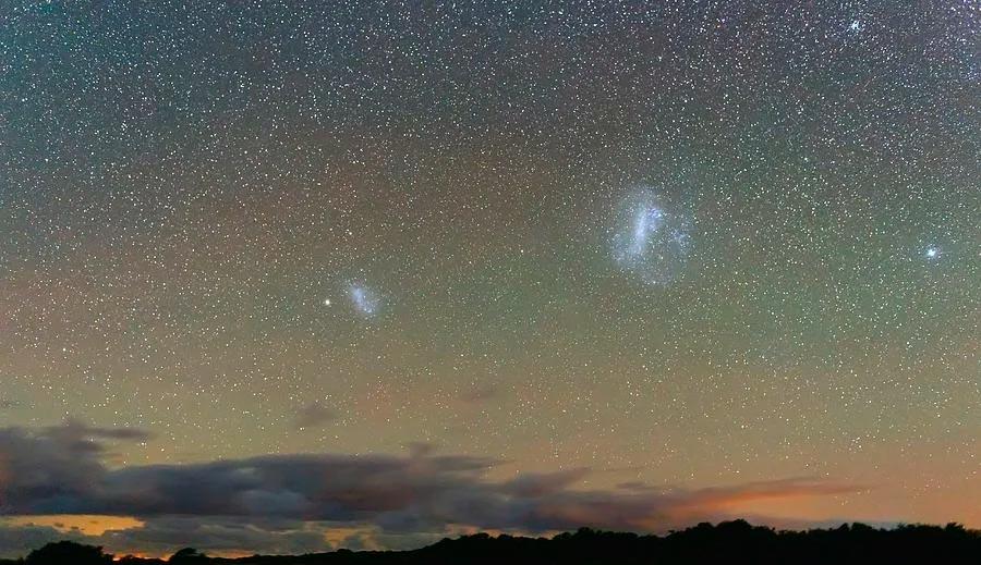 Большое и малое магеллановы облака на южном небе