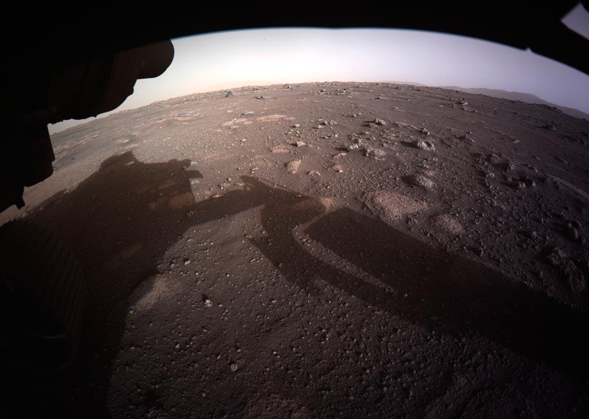 Первый снимок с поверхности Марса, которым марсоход «Персеверанс» поприветствовал Землю.