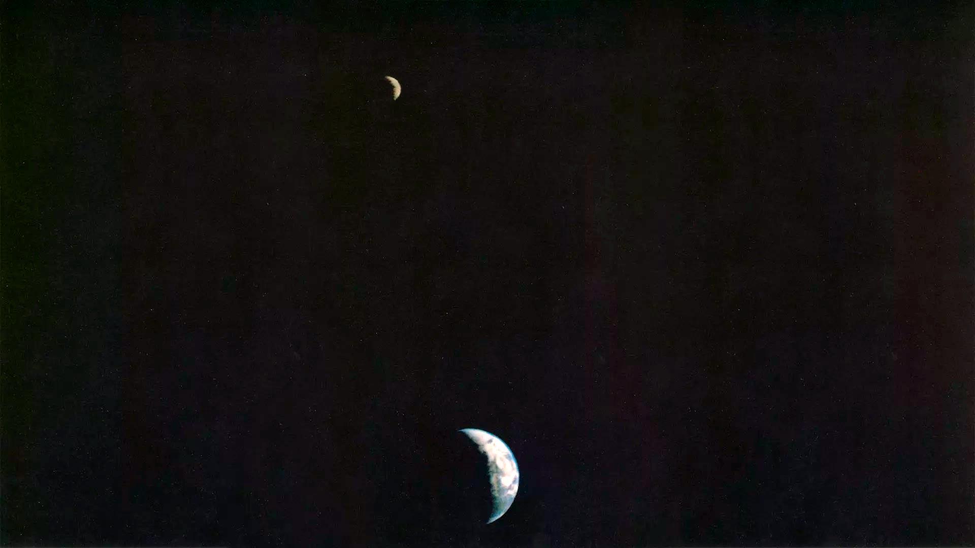 Один из снимков «Вояджера-1», где одновременно запечатлены Земля и Луна