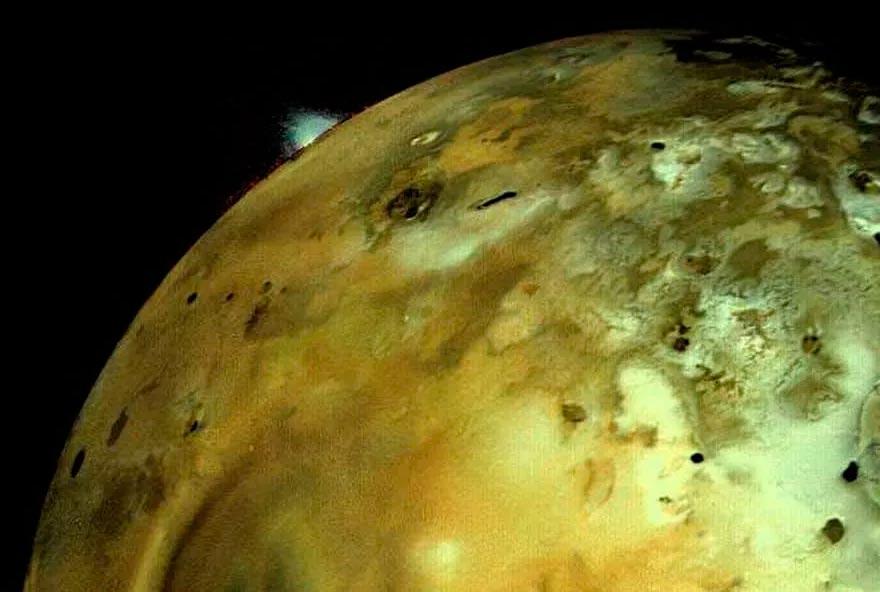 Знаменитый снимок спутника Юпитера Ио, на котором видно извержение вулкана, сделанный с борта зонда «Вояджер-1».
