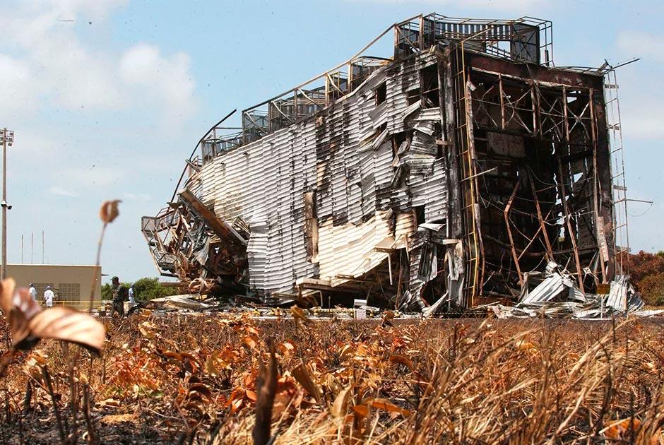 Поврежденные взрывом ракеты VLS-1 строения бразильского космодрома