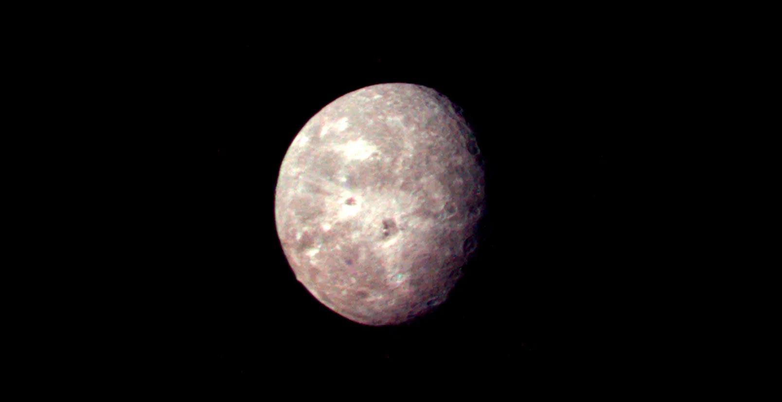 Фото спутника Оберон сделанное «Вояджером-2» с расстояния 660 тыс. км. Похож на Луну