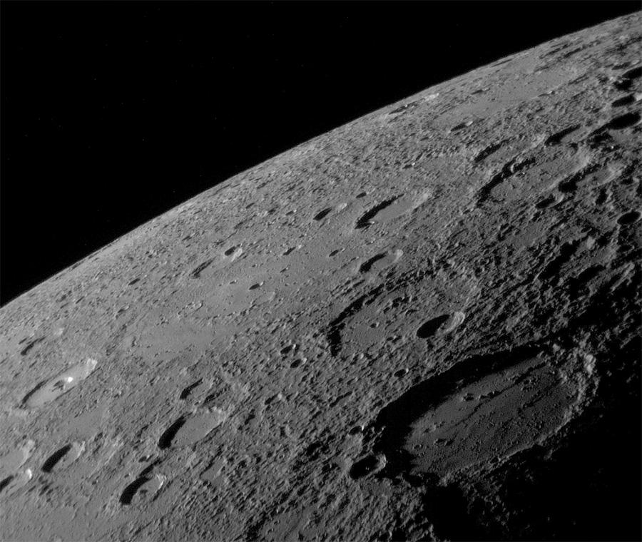 Меркурий с некоторых ракурсов очень похож на Луну. Или наоборот