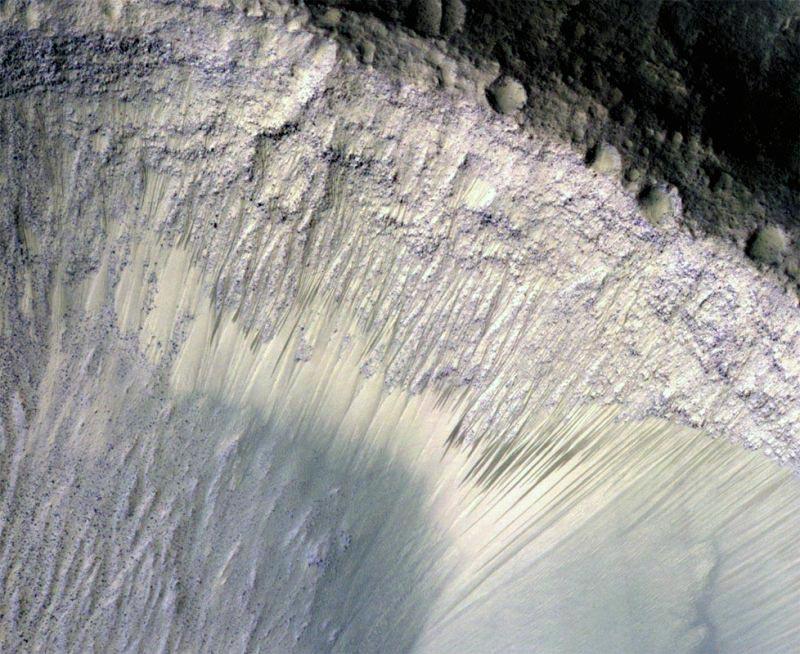 Ещё одна фотография марсианского ландшафта с RSL. Русла этих «ручьев» постоянно меняются