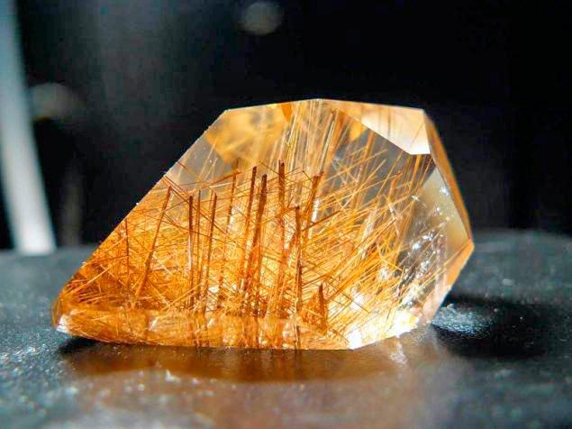 камень волосатик - кварц драгоценный камень