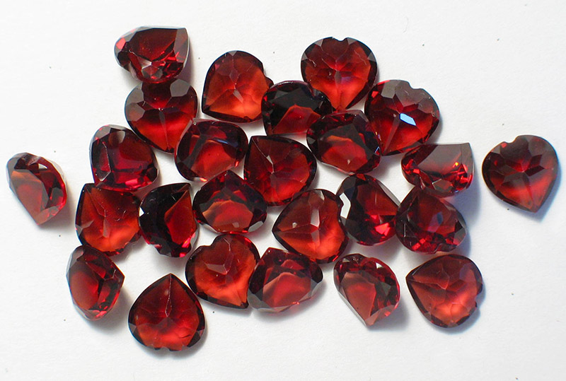 драгоценный камень гранат ограненный сердцем