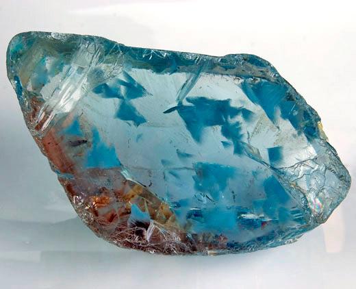 Необработанный топаз с характерными для этого камня трещинами